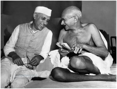 gandhi dan nehru dalam keadaan riang
